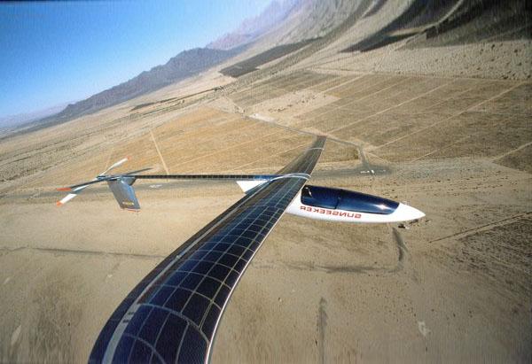 Самолет, летающий на солнечной энергии