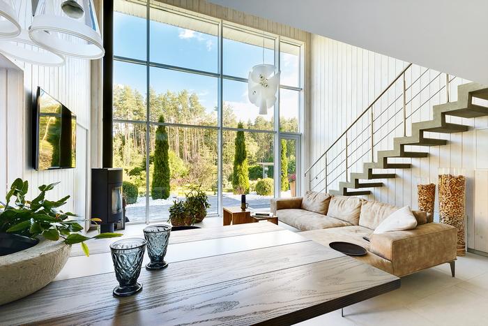 Загородный дом с панорамными окнами:  природа  диктует