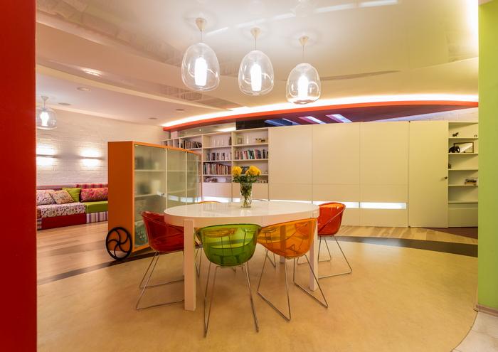 Яркий интерьер трехкомнатной квартиры: цвета много не бывает