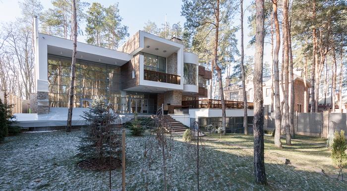 Дом в сосновом лесу: урбанистика на фоне буколики