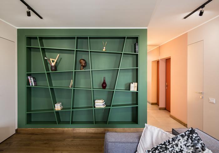 Квартира от Ingvar-Design: гардероб-тоннель и «пьяная библиотека»